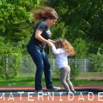 mãe e filha brincando pula pula