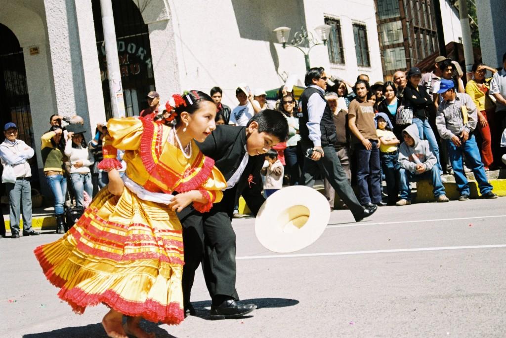 crianças dança típica peruana huaraz peru