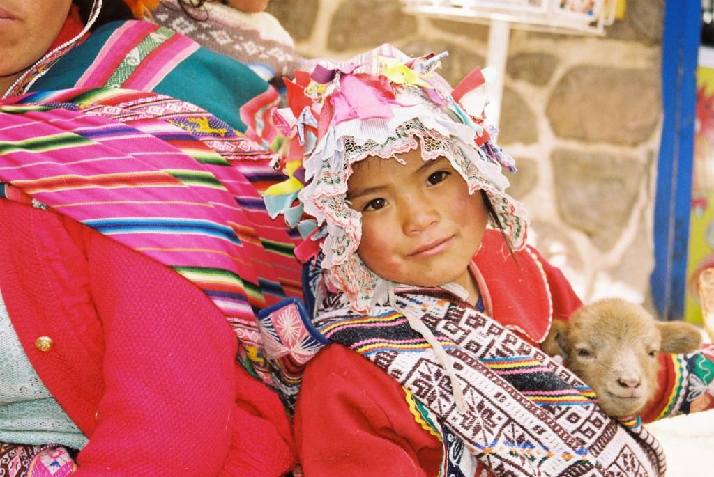 criança peruana llama roupas típicas peru pisac