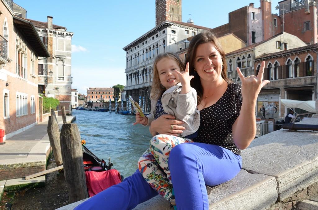 mãe e filha em veneza, canal gôndola