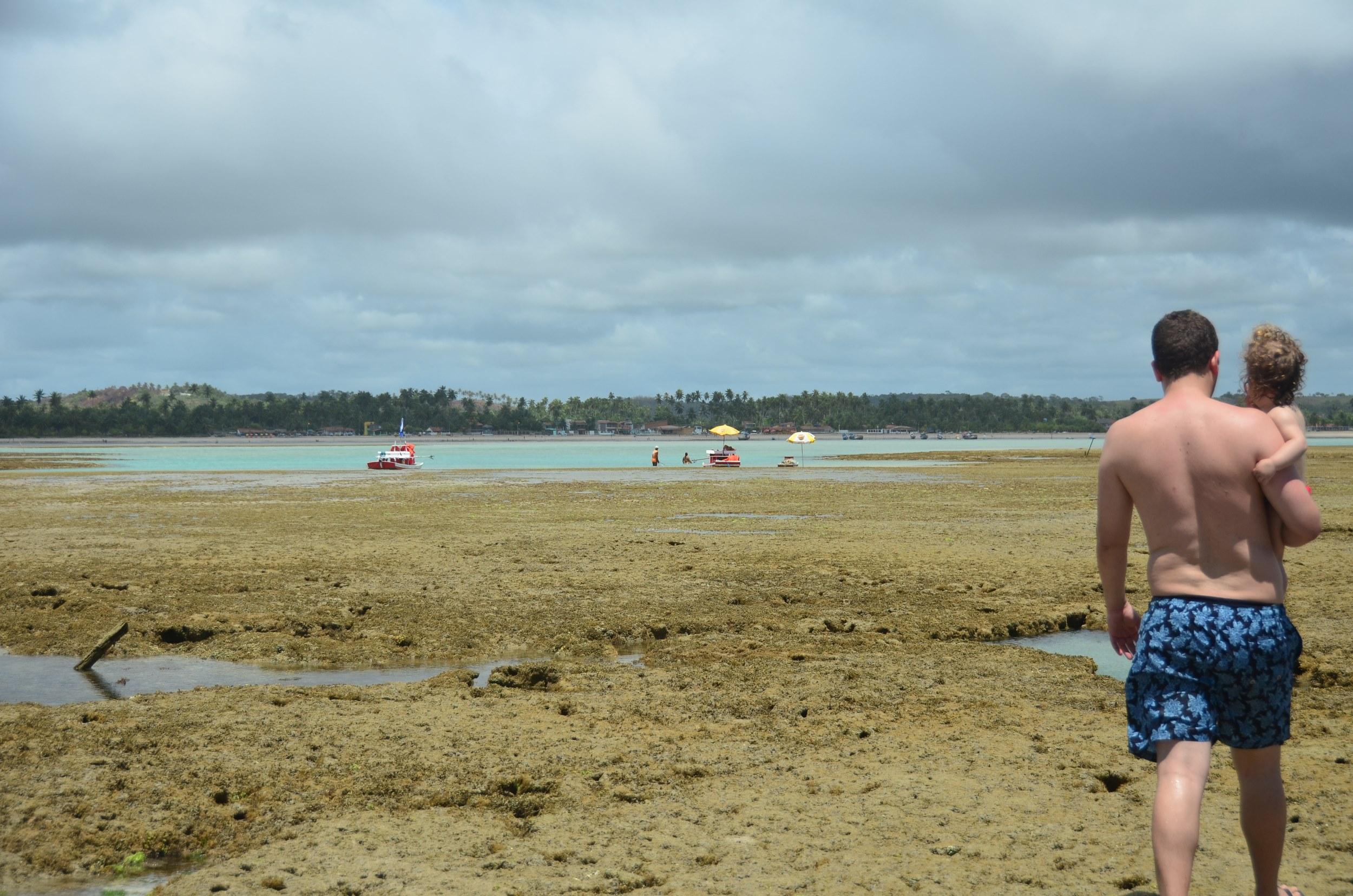 """Caminhando """"alguns"""" metros até a praia, em São Miguel dos Milagres, AL"""