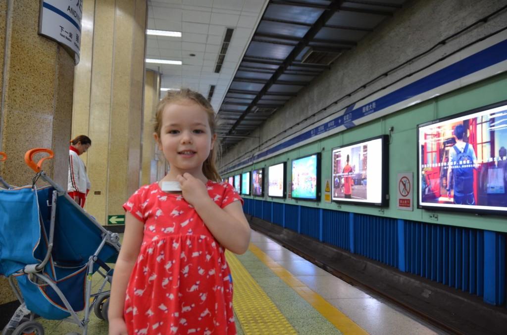 trem criança china metrô beijing pequim