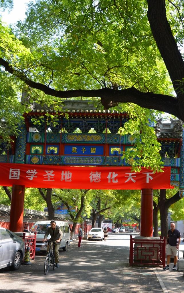 portal chinês rua árvores