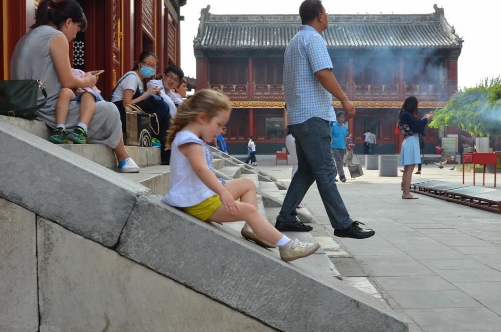 templo yonghe criança escorregando beijing china pequim