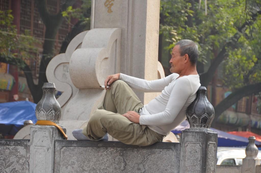 homem chinês fumando xi'an