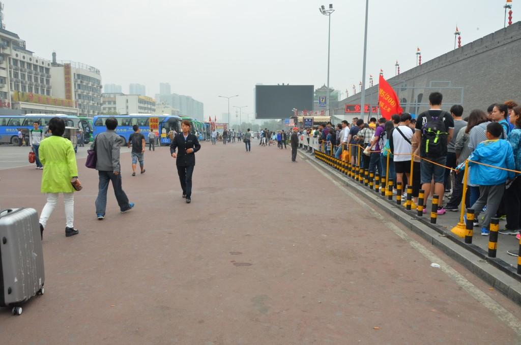 fila para pegar o ônibus para ver os guerreiros de terracota xi'an china