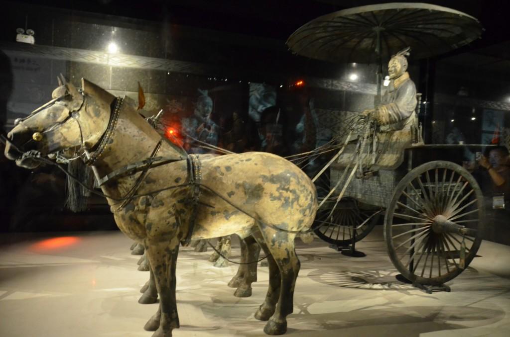 Carruagem e cavalos de bronze, no Museu dos Guerreiros de Terracota