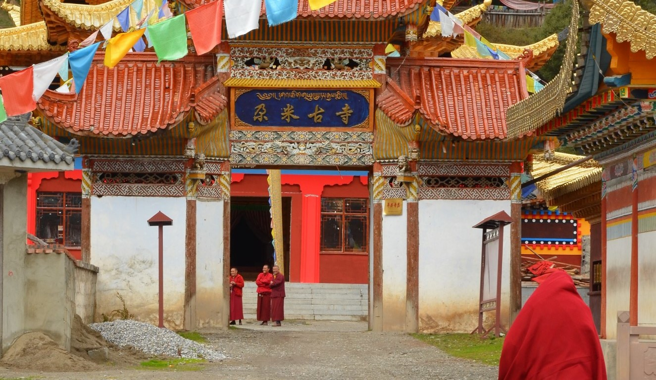 Templo Gami, na região de Aba, Sichuan, China monge budista correndo bandeirinhas