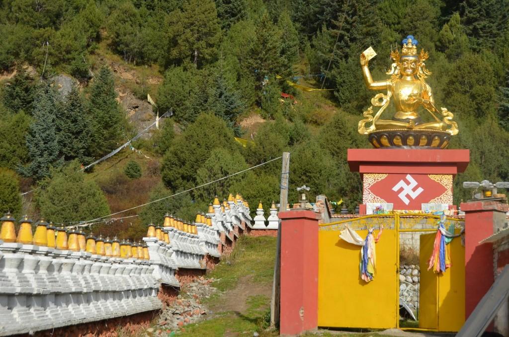 estátua buda dourada templo budista tibetano gami china