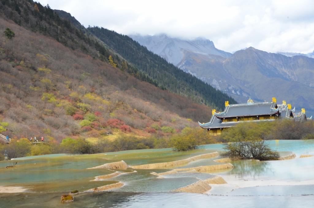 huanglong templo budista lago azul multicolorido