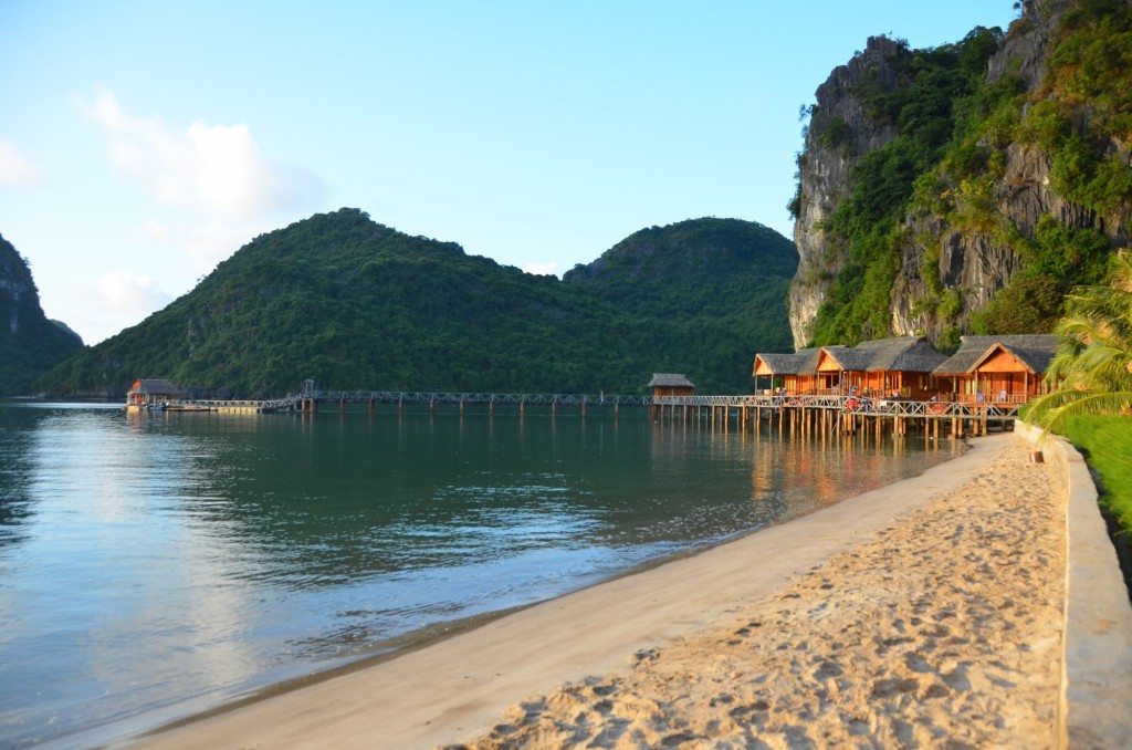 halong bay am cat resorte praia vietnam