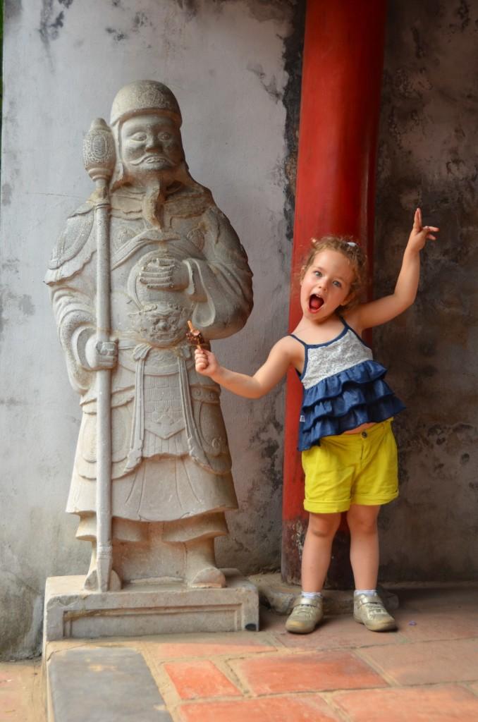 criança templo liretatura hanoi vietnam estátua guerreiro