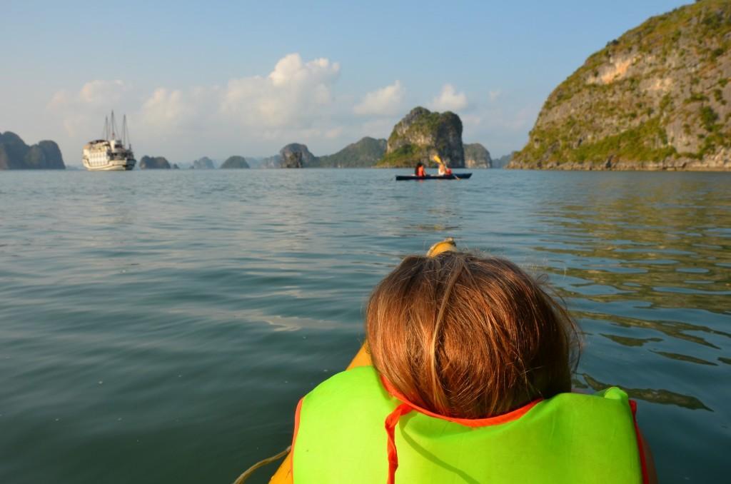 criança caiaque halong bay mar baía