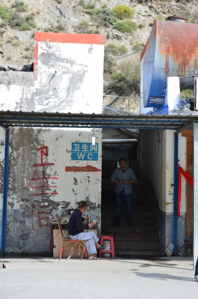 banheiro masculino china beira estrada