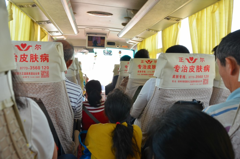 Um ônibus lotado - estilo chinês - de Guilin para Xingping