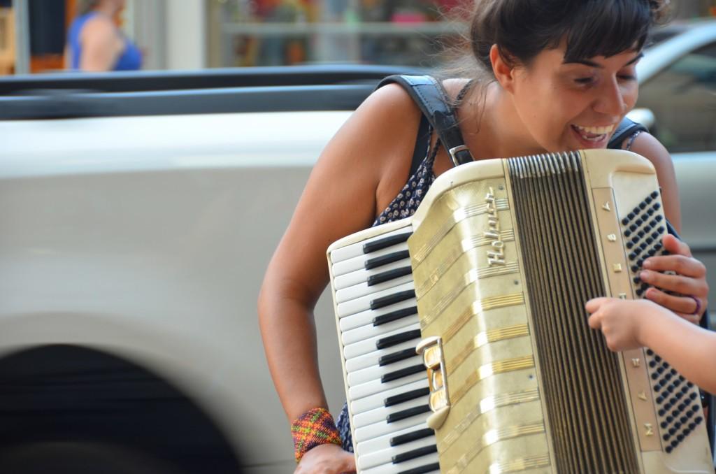 acordeão acordeonista música de rua gaita ensinando criança a tocar