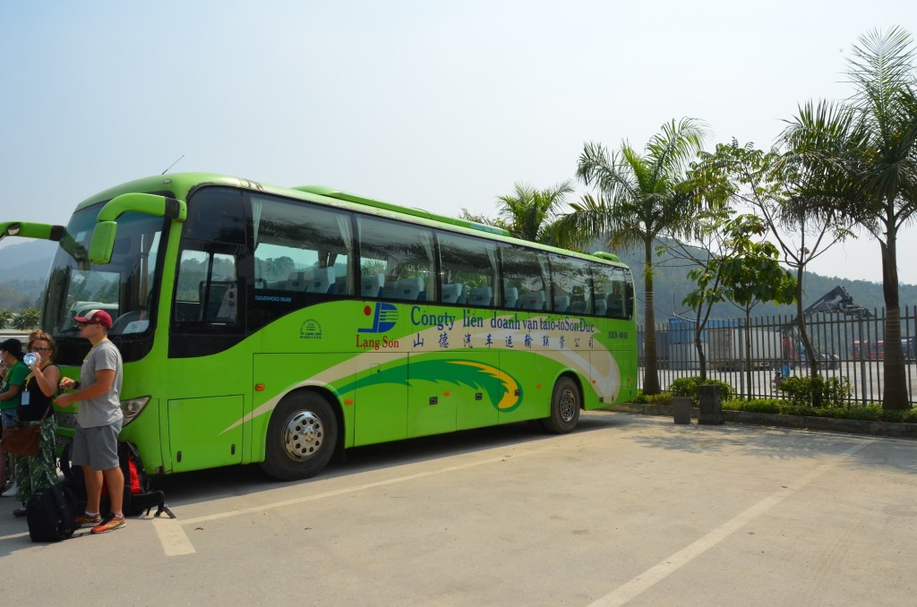 Ônibus do lado vietnamita: bem mais novo!