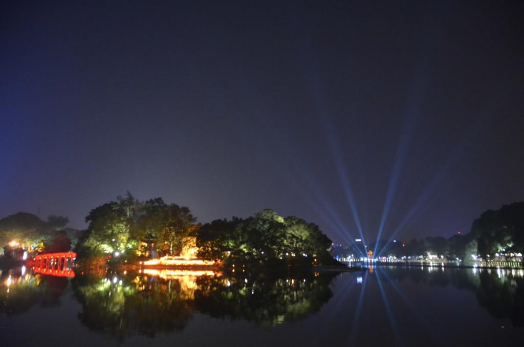 Depois de tanta viagem, uma vista dessas para se alegrar. Lago Hoan Kiem em Hanói, Vietnam.