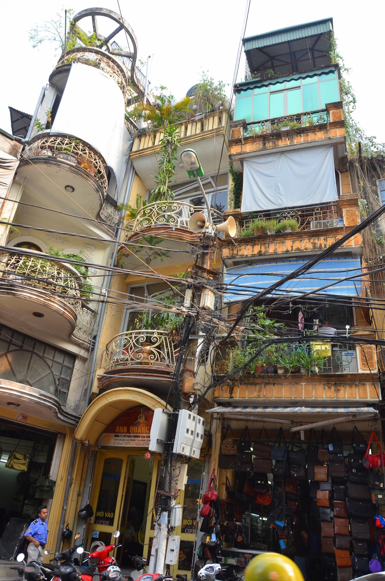 Hanói, em toda glória, casas estreitas, fiação elétrica e arquitetura francesa colonial