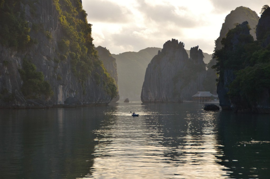 caiaque baía pedra penhasco resort halong bay vietnam