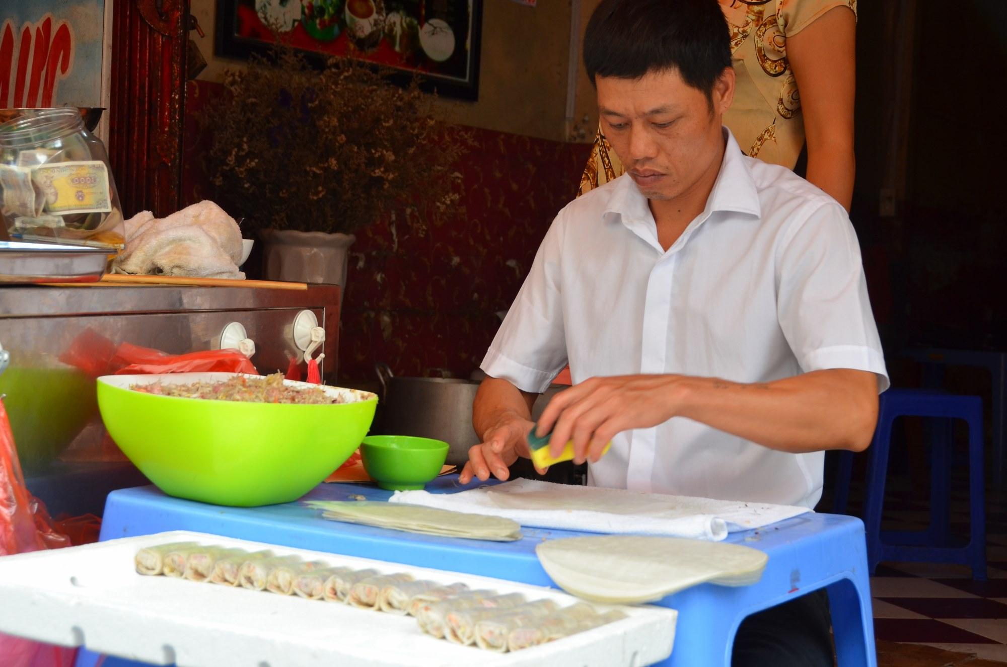 spring roll rolinho primavera comida de rua vendedor vietnam hanoi