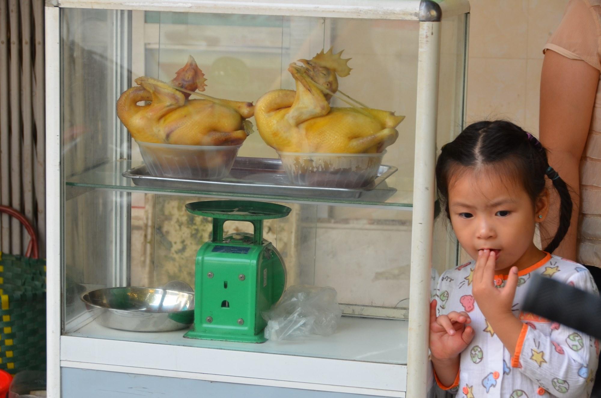 menina galinha comida rua vietnam hanoi