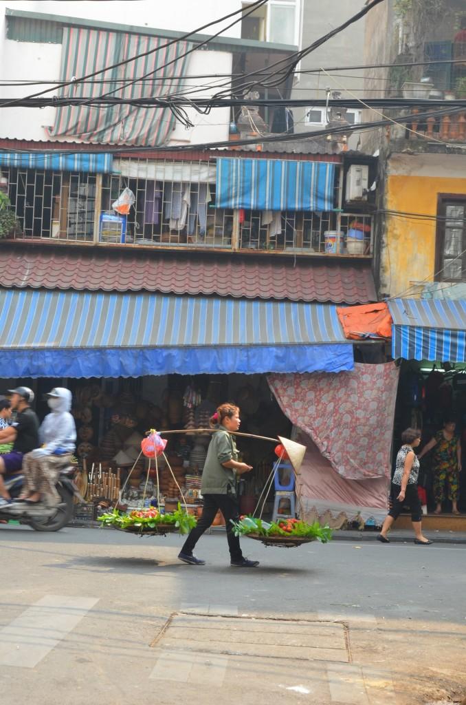 vendedora de rua hanoi vietnam rambutam chapeu cônico