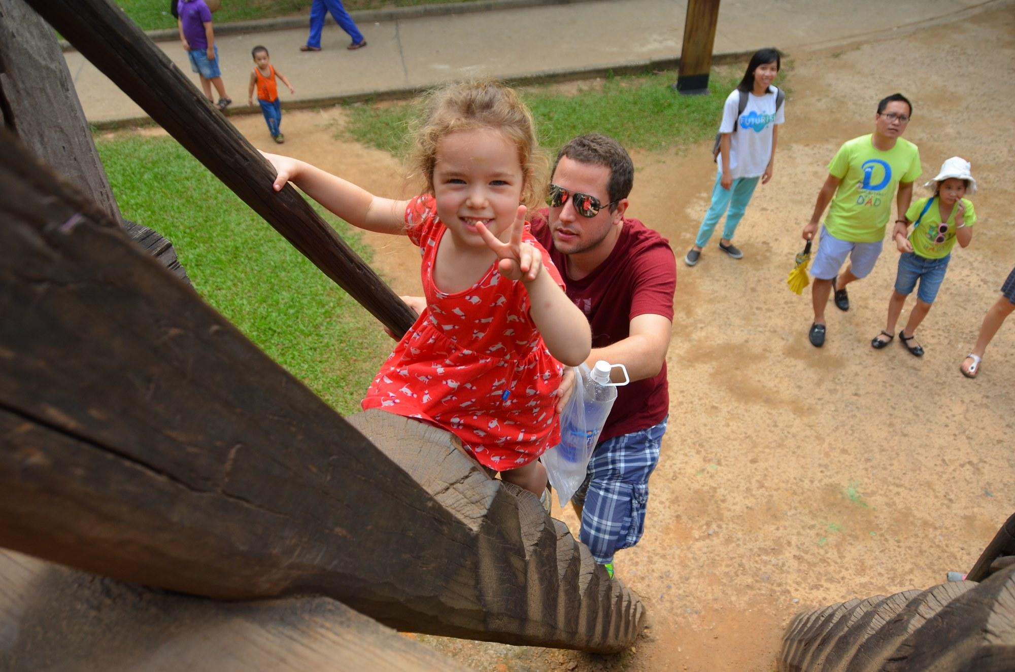 casa bahar museu etnografa etnologia hanoi vietnam criança escada