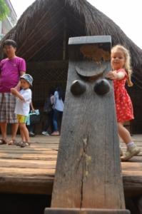 casa madeira palha ede cham museu etnografia etnologia hanoi vietnam escada seio matriarcal símbolo feminino