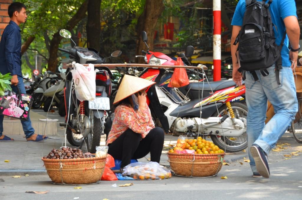 chapeu conico vendedora fruta rua
