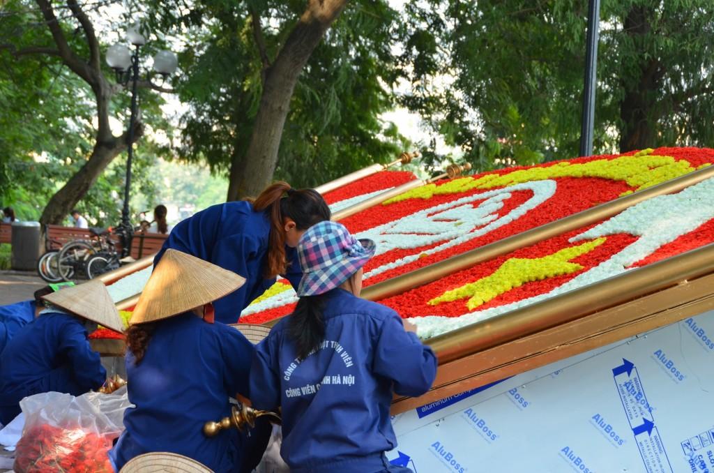 trabalhadoras decorando tema comunista rua vietnam hanoi