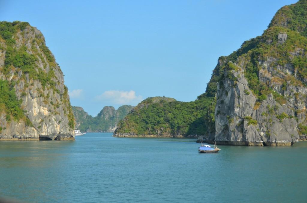 uma barquinho não turístico em halong bay
