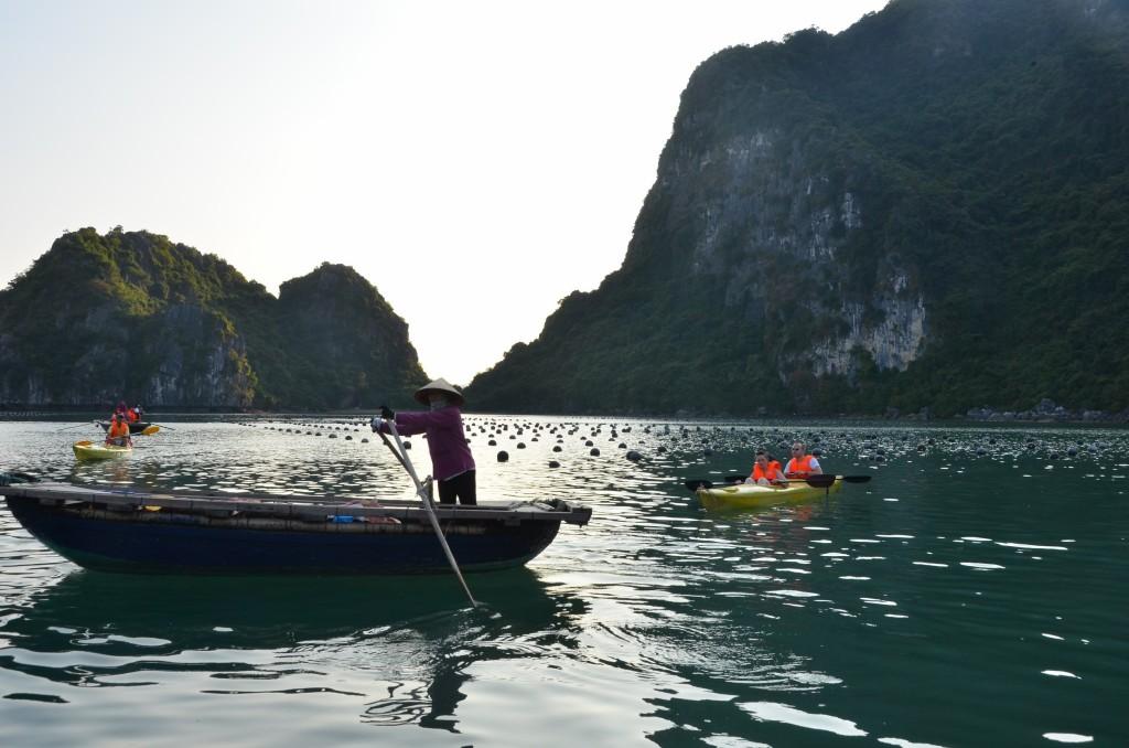 halong bay barco água mar caiaque vietnam