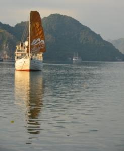 barco vela hasteada halong bay vietnam