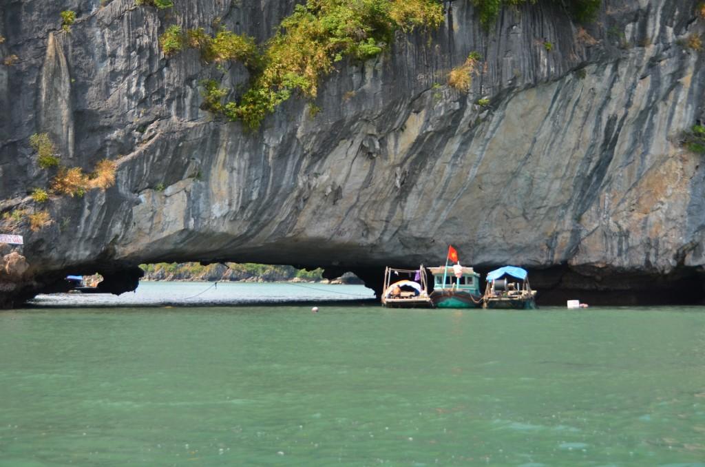 halong bay barcos pedra calcário penhasco mar baía