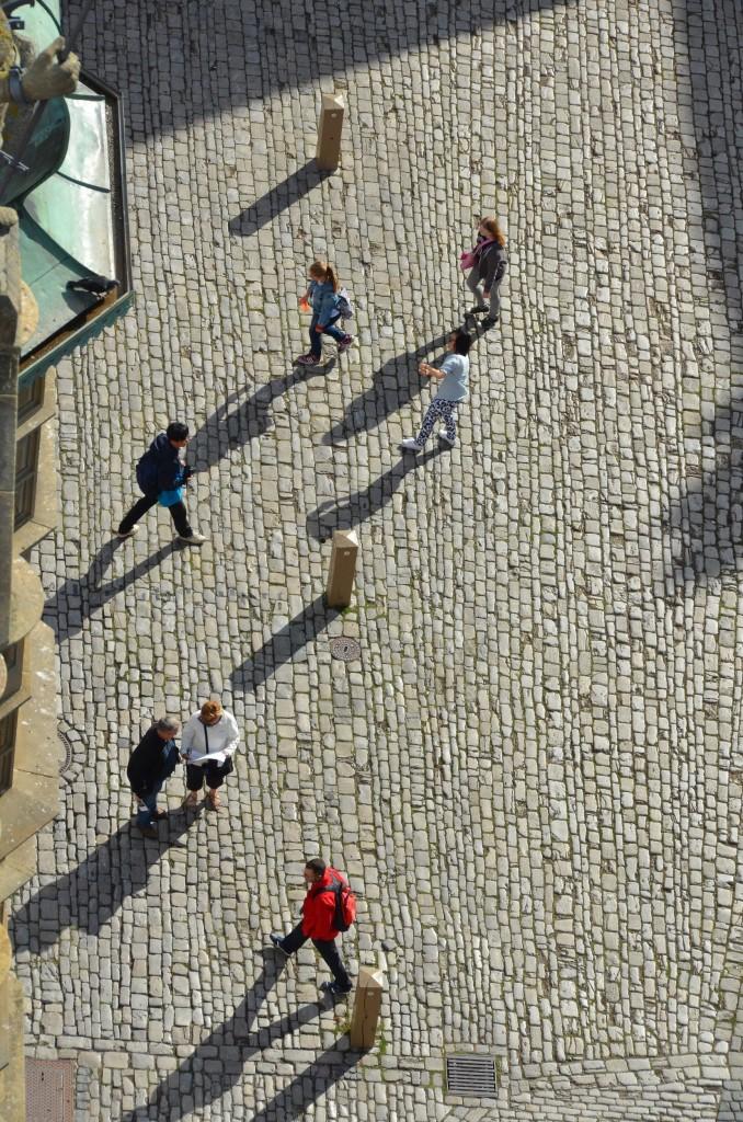 pessoas caminhando, vistas do alto, paralelepípedo, mito da zona de conforto