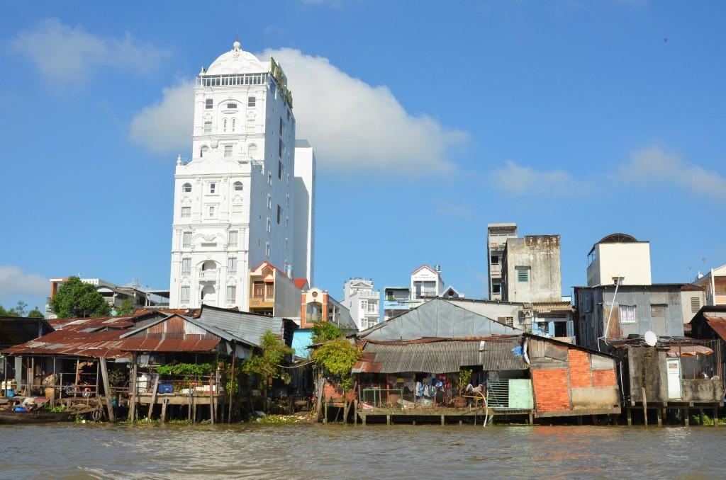 """às margens do rio Mekong, em Can Tho, a """"capital do delta"""". Desigualdade é padrão em países pobres..."""