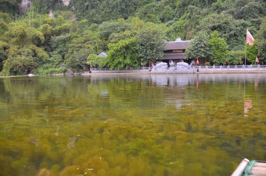 Um dos primeiros templos do percurso - e o visual enlouquecedor do rio em frente!