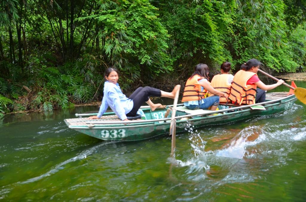 tam coc, remadora, remando com os pés, rio, vietnam, barco