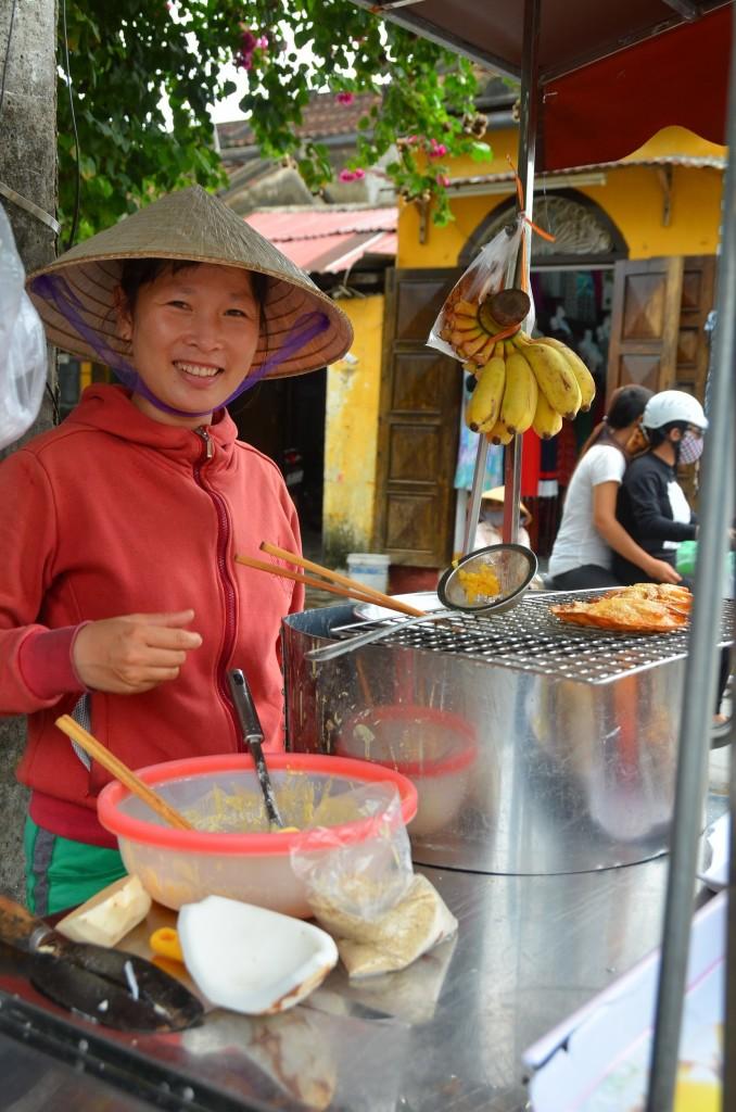 veitnamita, hoi an, comida, panqueca banana, coco, sorriso, simpática, cordial