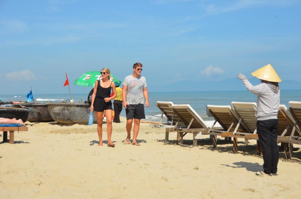 hoi an, praia, turistas, vietnam, barraca de praia