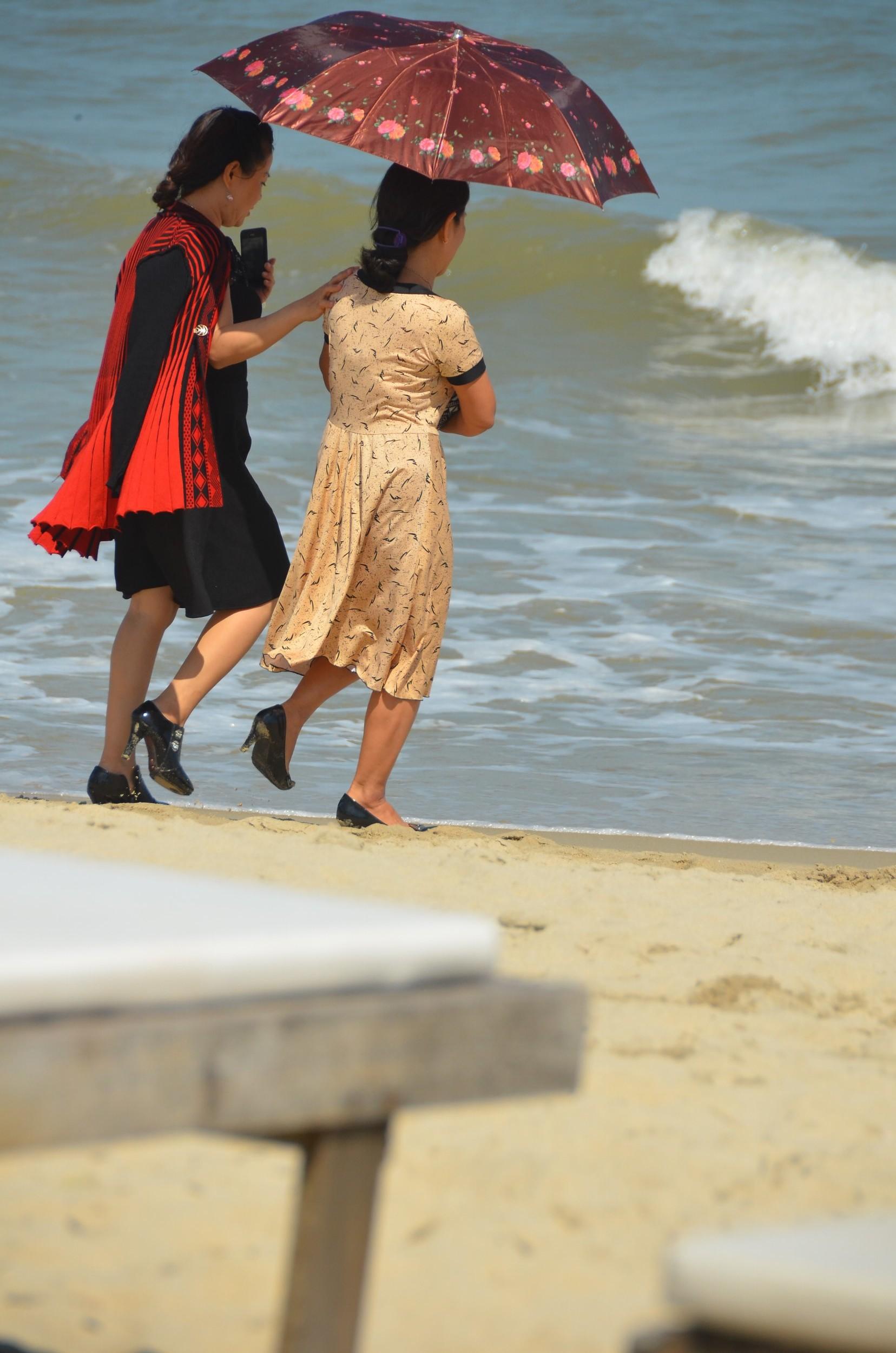 chineses, beira da praia, mar, praia, pulando onda, hoi an, sombrinha