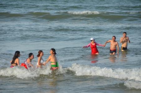 chineses, beira da praia, mar, praia, pulando onda, hoi an
