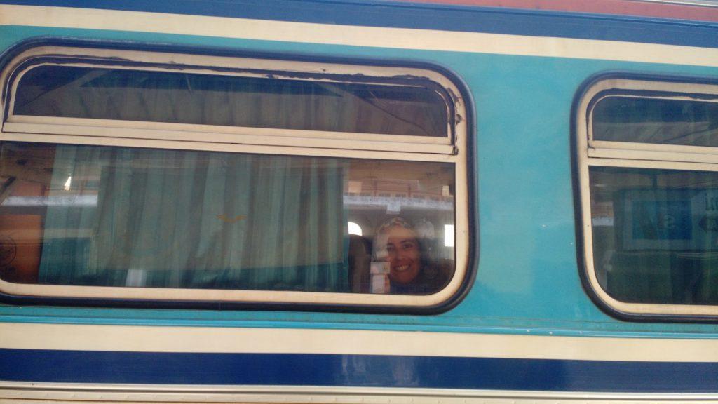 cuore curioso, trem, olhamdo da janela, moça